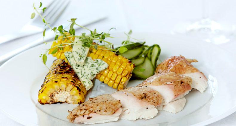 Hel grillet kylling med agurkesalat, grillede majs og persillesmør