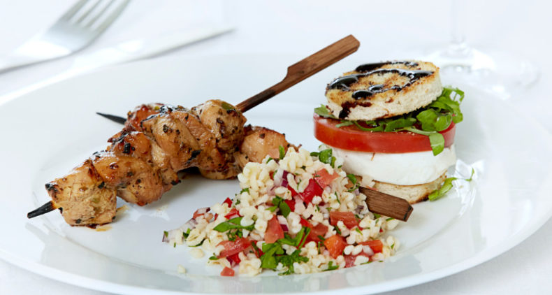 Soya- og chilimarinerede kyllingespyd med bulgursalat og tomat/mozzarella toast