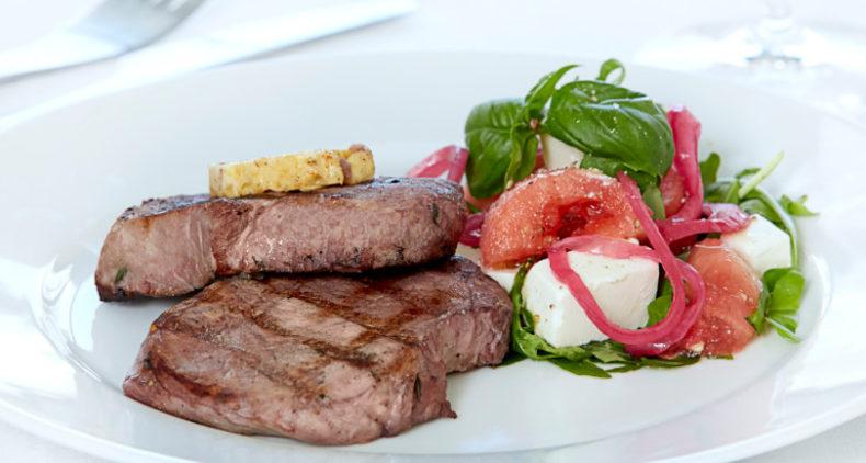 Rødvinsmarinerede svinekoteletter med grillsmør og vandmelonsalat