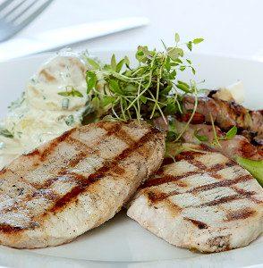 Svinekoteletter med lime og ingefær, grillede baconsvøbte asparges og kold kartoffelsalat med cremefraichedressing